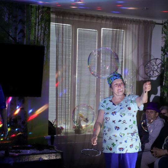 Пансионат для пожилых. Шоу мыльных пузырей