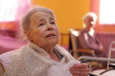 что должна делать сиделка для пожилого человека