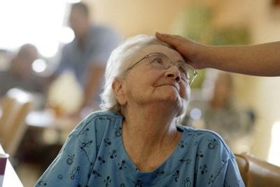 Чем занять пожилого с деменцией дома