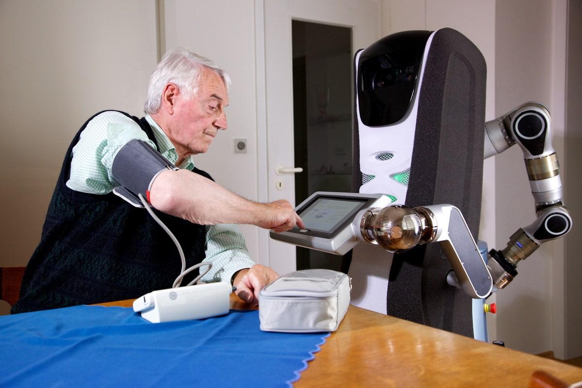 robot-po-uhodu-za-pozhilymi.jpg