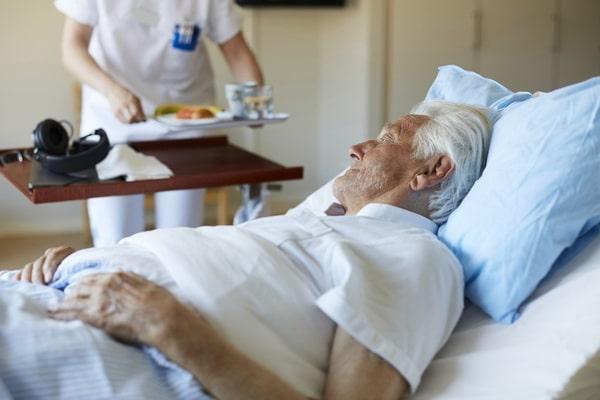 пожилой человек отказывается от еды
