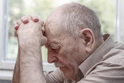 пожилой человек сошел с ума