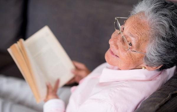бабушка пишет книгу