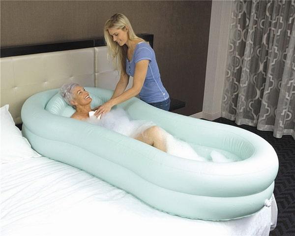 Как помыть лежачего больного в кровати