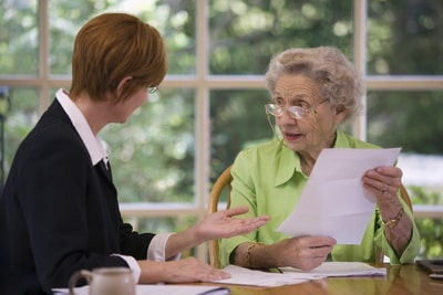Уход за одинокими пожилыми в обмен на квартиру